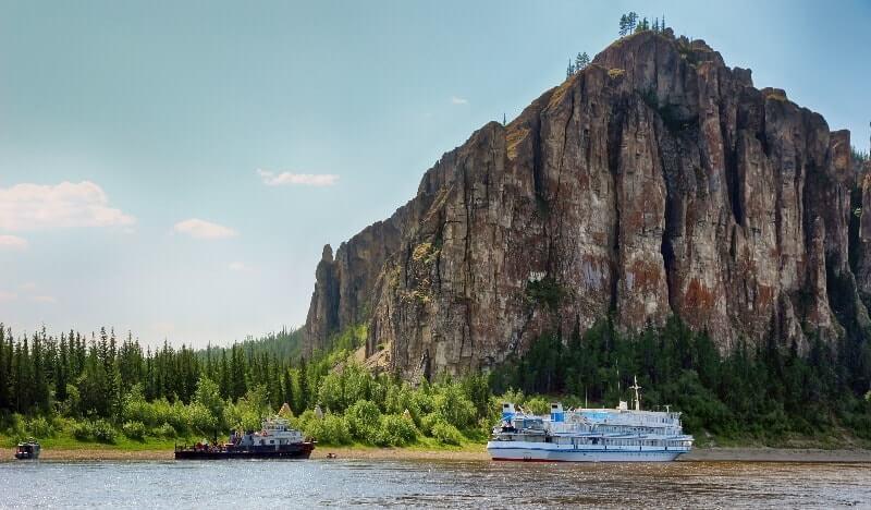 Das Kreuzfahrtschiff auf der Lena in Sibirien