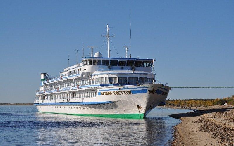 Kreuzfahrtschiff auf der Lena in Russland
