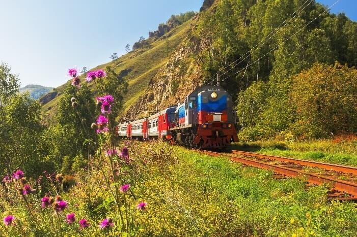 Der Zug auf den Gleisen am Baikal