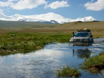 Flussüberquerung mit dem Geländewagen