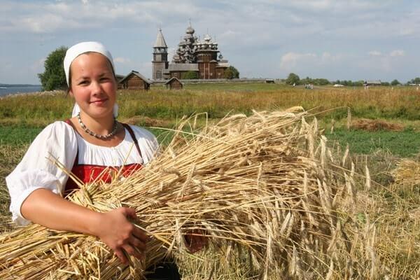 Bäuerin bei Kischi auf dem Feld