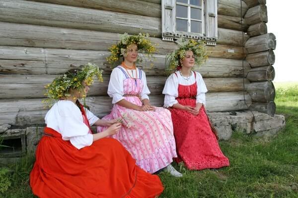 Einheimische junge Frauen in Karelien