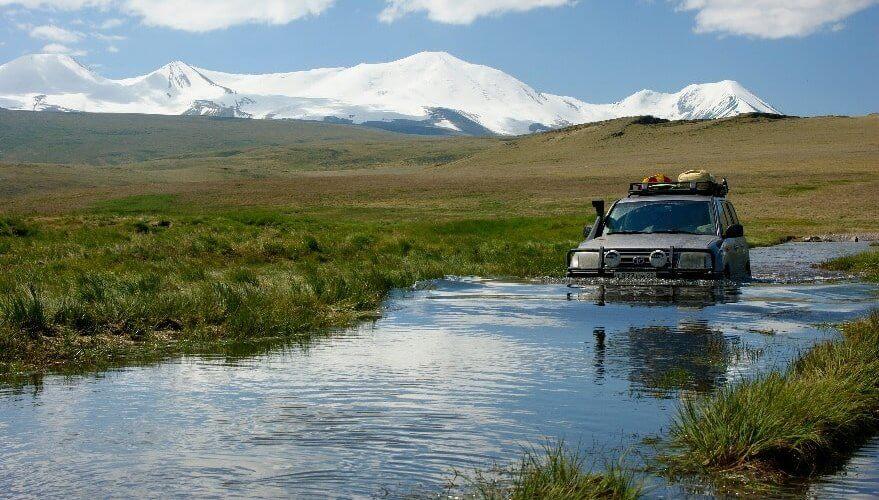 Jeep fährt durch Gewässer