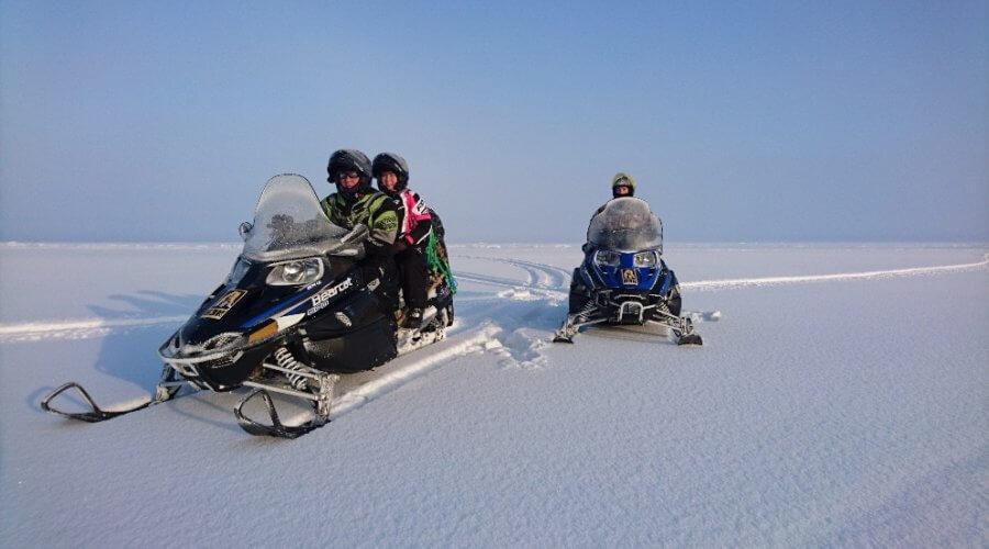 Schneemobile auf dem Baikalsee
