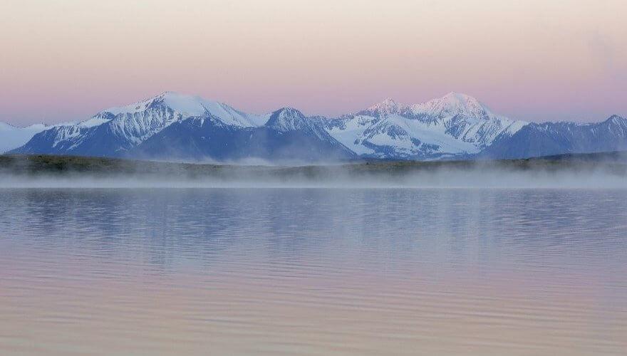 See und Berge bei Abend