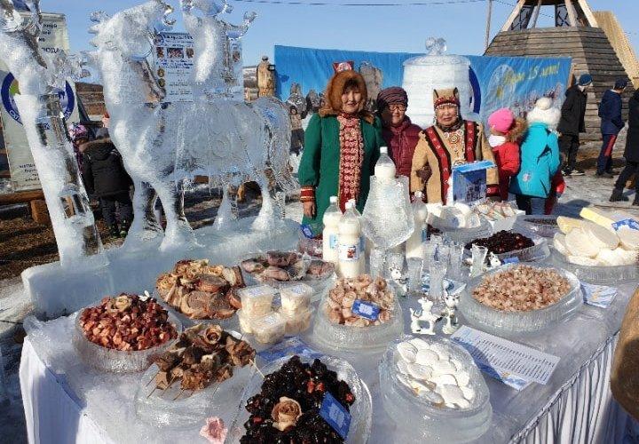 Einheimische Frauen und lokales Essen in Russland