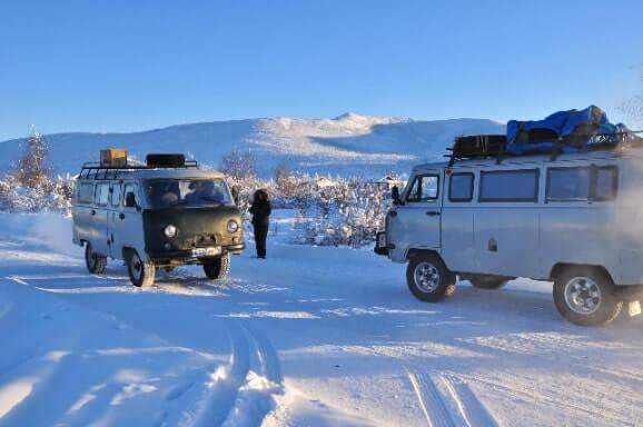 Geländewagen auf zugeschneiter Straße