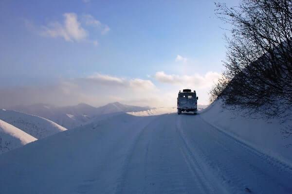 Auto unterwegs im Winter in Russland