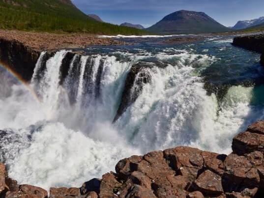 Wasserfall am Fluss im Norden Russlands
