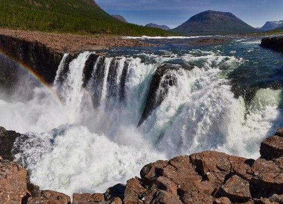 Wasserfall am Fluss im Norden von Russland